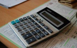 Imagem de calculadora para ilustrar post sobre O que é selic?