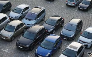 Imagem de pátio com carros para ilustrar post sobre O que é seguro frota?