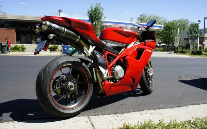 Imagem de moto ilustrando post sobre como funciona catalisador de moto