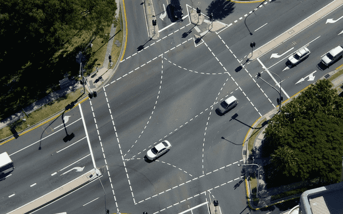 Imagem aérea de uma avenida para ilustrar post sobre veículos mais vendidos