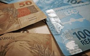 Imagem de dinheiro para ilustrar post sobre dicas financeiras