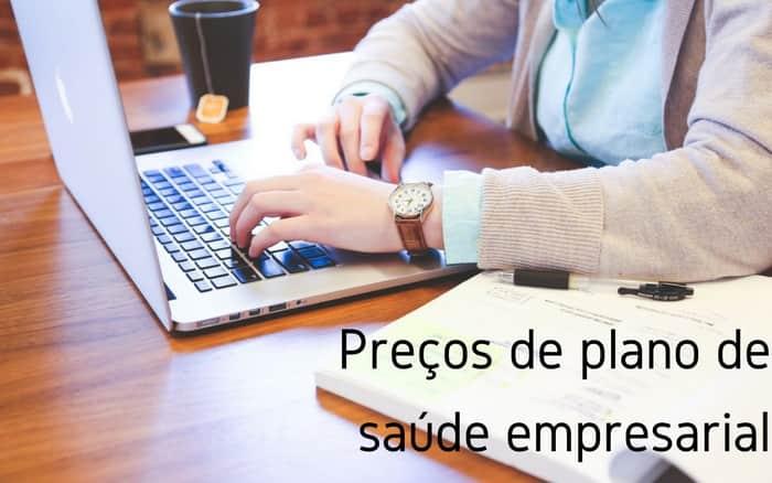 imagem de uma mulher no computador com a legenda: preços de plano de saúde empresarial