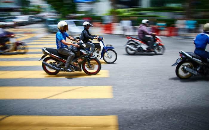 Imagem de motos nas ruas ilustrando texto sobre proibição de motos nos corredores