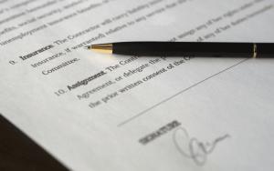 Imagem de papel e caneta para ilustrar post sobre seguro garantia