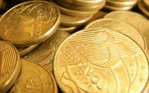 Imagem de moedas para ilustrar post sobre juros compostos
