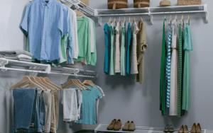Imagem de um cômodo com roupas para ilustrar post sobre como fazer um closet