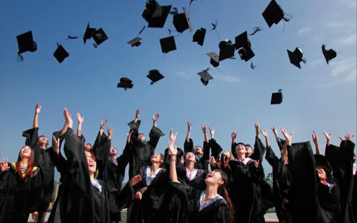 imagem de formatura ilustrando post sobre seguro aluguel universitário