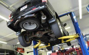 imagem de carro em mecânico ilustrando post sobre vistoria cautelar