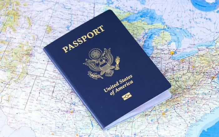 imagem de um passaporte em cima do mapa para exemplificar a postagem sobre renovar passaporte