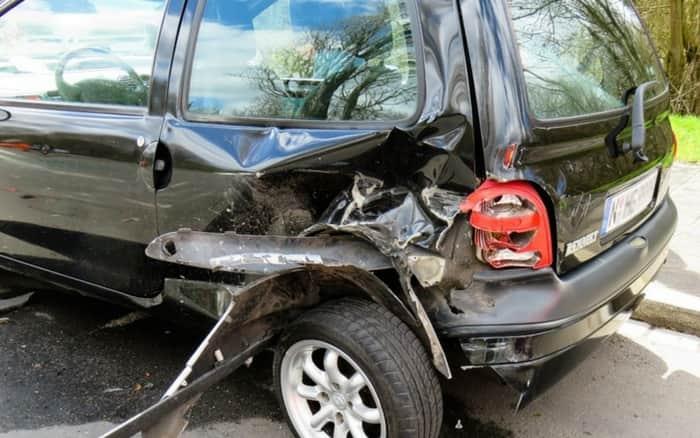 Imagem de carro batido para ilustrar post sobre O custo dos acidentes de trânsito