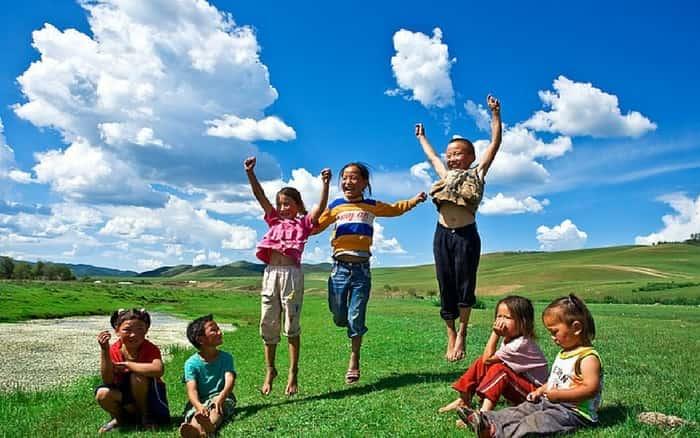 Imagem de crianças no campo para ilustrar post sobre intercâmbio para crianças