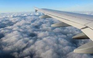 Imagem de asa de avião para ilustrar post sobre intercâmbio para adultos
