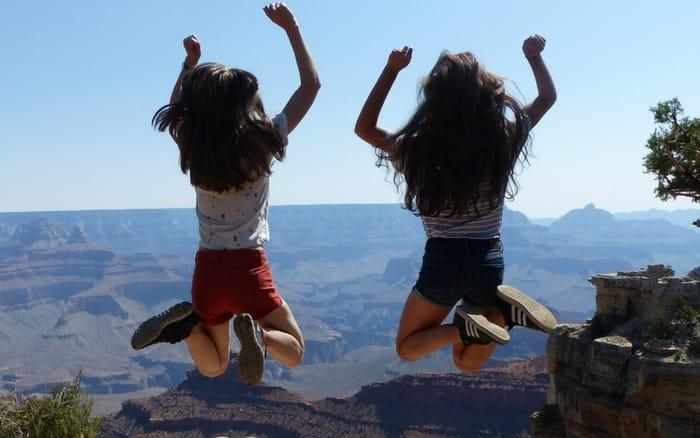 Imagem de duas meninas viajando para ilustrar post sobre viagem de intercâmbio