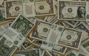 Imagem de dólares para ilustrar post sobre comprar dólar