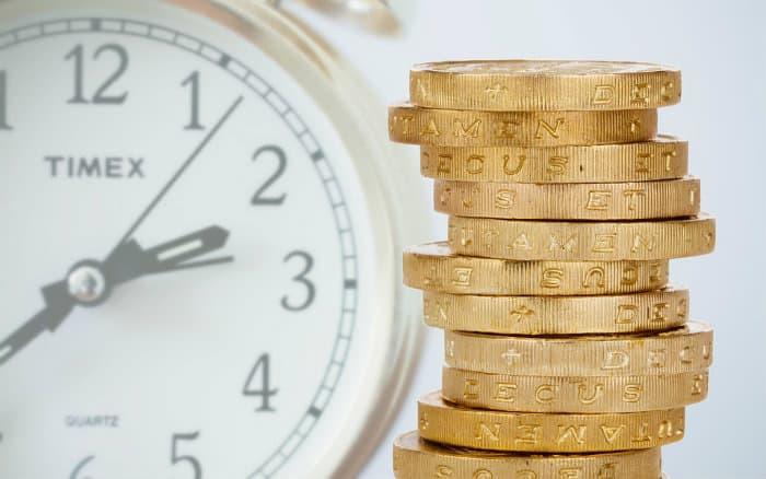 imagem de moeda e relógio ilustrando post sobre Tesouro Selic