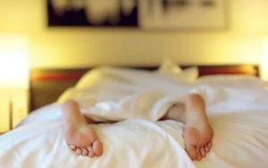 Imagem de pessoa dormindo para ilustrar post sobre dormir melhor