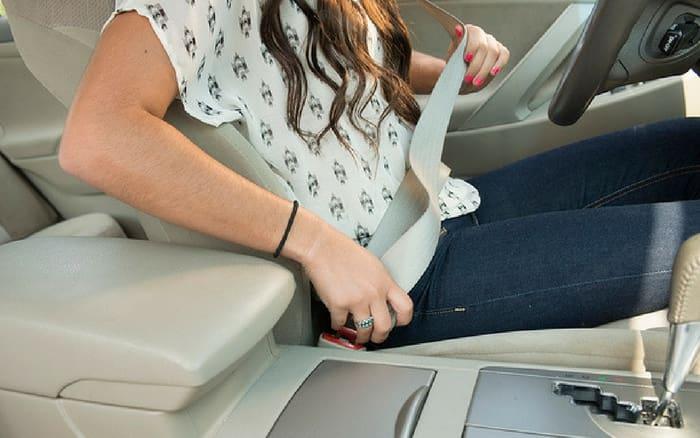 Imagem de motorista sentada para ilustrar post sobre dor nas costas ao dirigir