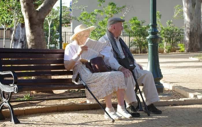 Imagem de dois idosos para ilustrar post sobre Tabela de imposto de renda para aposentados