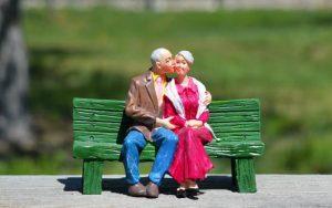 Imagem de casal idoso ilustrando Guia sobre Icatu previdência