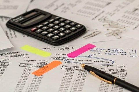Imagem de calculadora e caneta para ilustrar post sobre Para que serve o imposto de renda