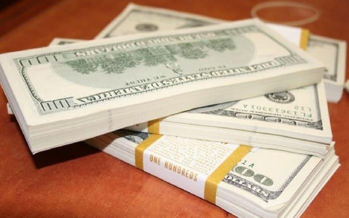 Imagem de pilha de dinheiro para ilustrar post sobre Quanto rende a poupança por mês?