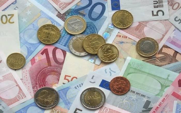 Imagem de notas e moedas para ilustrar post sobre Tenho conta poupança na Caixa posso fazer empréstimo pessoal