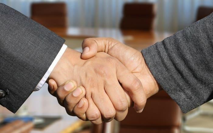 Imagem de aperto de mão de empresários para ilustrar post sobre quanto custa um seguro empresarial