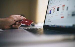 Imagem de compra online com cartão de crédito ilustrando guia sobre como entender a fatura do cartão de crédito