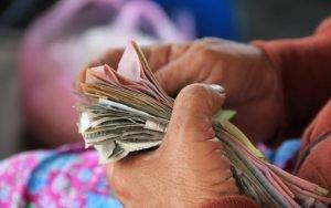 Imagem de papéis para ilustrar post sobre como declarar imposto de renda atrasado