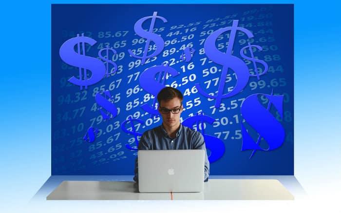 Imagem de empreendedor em um computador ilustrando post que fala se MEI precisa declarar imposto de renda