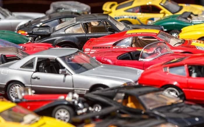 Imagem de carros de diversas cores ilustrando texto sobre as cores de carros mais valorizadas