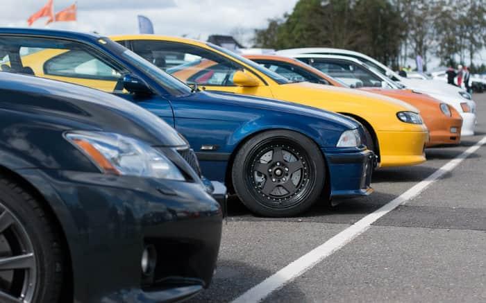 Imagem de carros para ilustrar guia que fala sobre se vale a pena comprar carros de leilão
