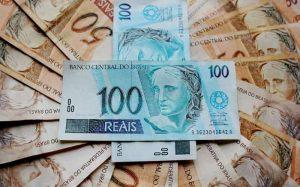 Imagem de notas de dinheiro para guia sobre qual a melhor aplicação financeira para 100 mil reais