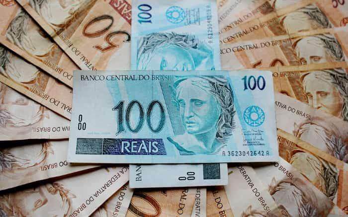 9dc62cc9e Imagem de notas de dinheiro para guia sobre qual a melhor aplicação  financeira para 100 mil