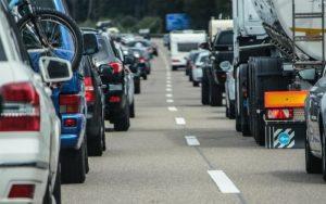 Imagem de veículos para ilustrar post sobre curso a distancia reciclagem cnh
