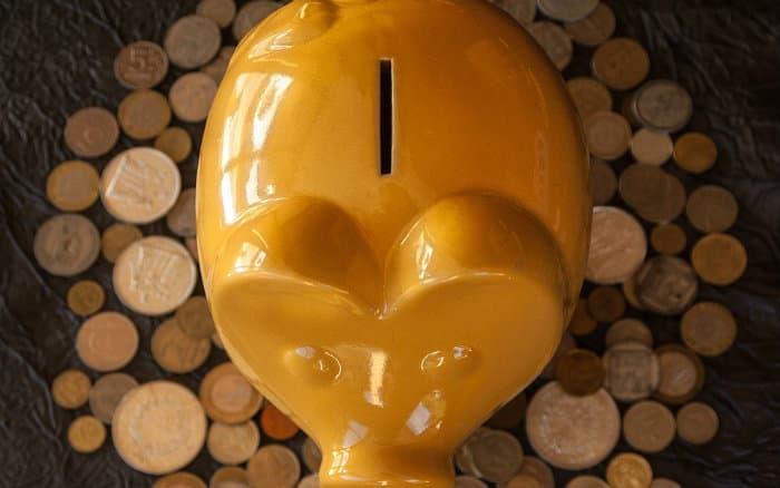 Imagem de um cofrinho para ilustrar texto sobre rendimento poupança