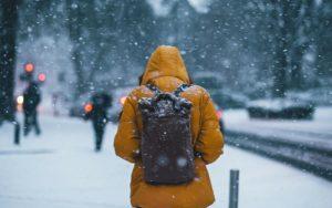 Imagem de jovem na neve para ilustrar post sobre intercâmbio para adolescentes