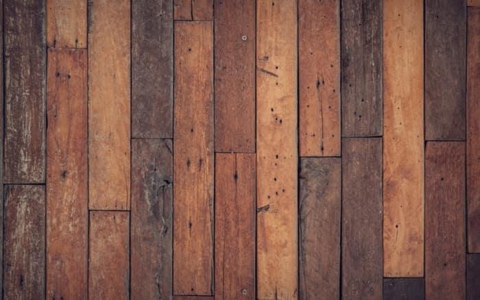 Imagem de peças de madeira para ilustrar post sobre como tirar mancha de madeira