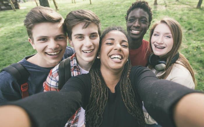 Imagem de jovens ilustrando texto sobre identidade jovem