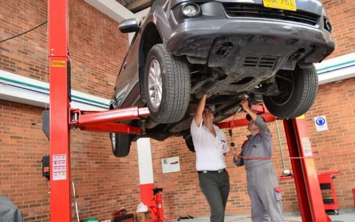Imagem do veículo no mecânico para ilustrar post sobre dicas para não estragar o carro
