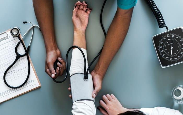 Imagem de paciente medindo a pressão para ilustrar post sobre União estável e dependente do plano de saúde