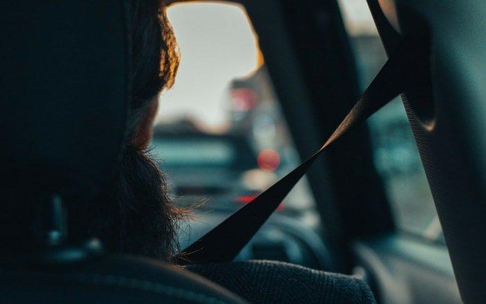 Imagem de passageira com cinto para ilustrar post sobre viajar com segurança