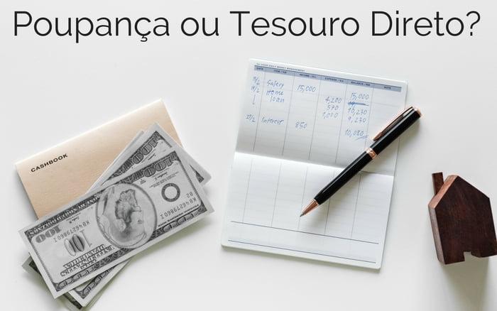 imagem de dinheiro, caderno e caneta em cima de uma mesa branca com a legenda: Poupança ou Tesouro Direto?