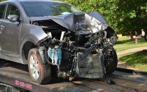 Imagem de carro batido para ilustrar post sobre novo seguro obrigatório