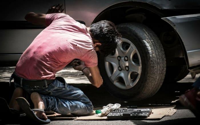 Imagem de mecânico para ilustrar post sobre conserto de carro barato