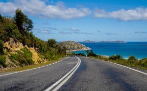Imagem de estrada para ilustrar texto sobre tipos de seguro viagem