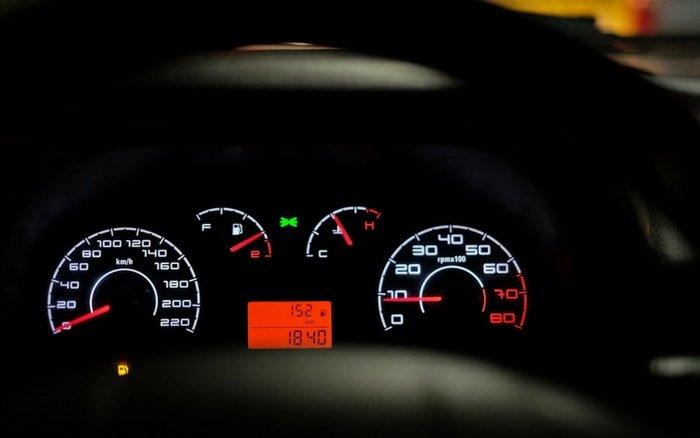 Imagem de painel de garro para ilustrar post sobre valor da multa de  velocidade 9b6d84dffb