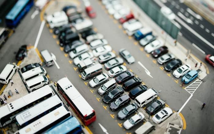 Imagem de veículos estacionados para ilustrar post sobre dicas para primeiro carro