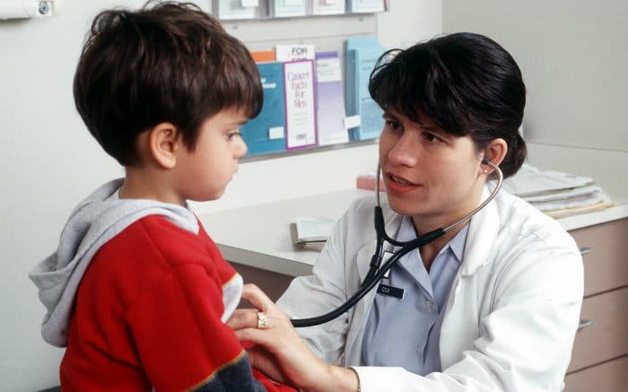 Imagem de médico e criança ilustrando texto sobre plano de saúde infantil
