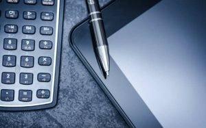 Imagem de calculadora para ilustrar texto sobre despesas dedutíveis no imposto de renda